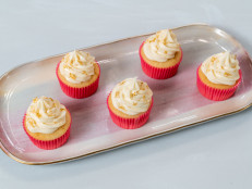 How to Decorate Cupcakes with Vanilla Buttercream and Edible Gold