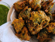 Onion and Spinach Pakora with Cilantro Chutney